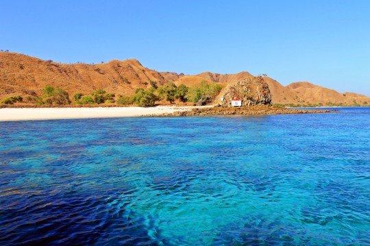 Pantai Pulau Bidadari di Labuan Bajo via intaninchan.wordpress
