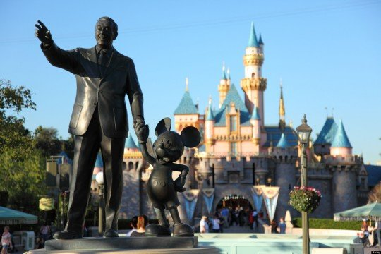 B8E2J6 Walt Disney and Mickey Mouse statue at Disneyland California. Image shot 2009. Exact date unknown.