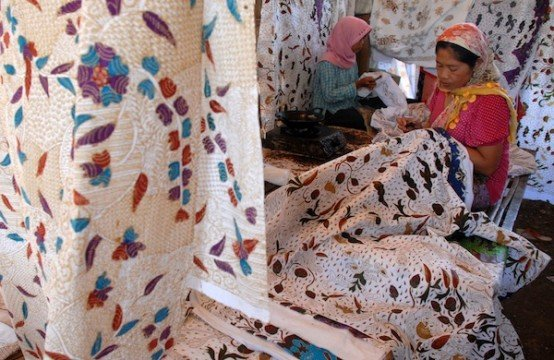Perajin  menyelesaikan pembuatan batik bertepatan dengan Hari Batik Nasional, di sentra batik Desa Klampar, Pamekasan, Jatim, Rabu (2/10). Pemerintah menetapkan tanggal 2 Oktober sebagai hari batik nasional. ANTARA FOTO/Saiful Bahri/Koz/mes/13.