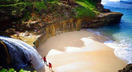 Pantai Banyu Tibo, Pacitan via yukpiknik.com