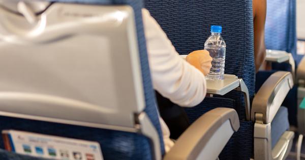 7 Tips Supaya Penerbangan Panjang Tetap Nyaman - Konsumsi Air Putih