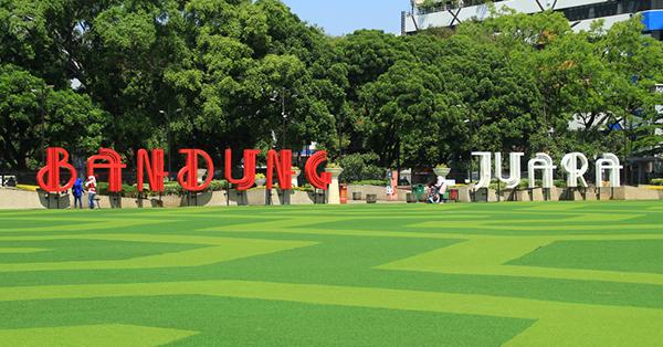 Bandung Juara tampak menghiasi alun-alun Bandung