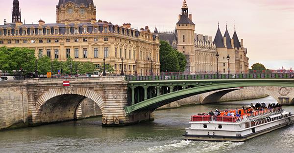must visit places in Paris_Bateaux Mouches
