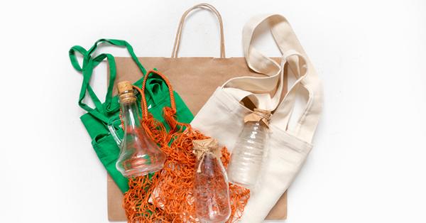 Cara Mengurangi Penggunaan Plastik Saat Liburan -membawa tas belanja yang bukan plastik