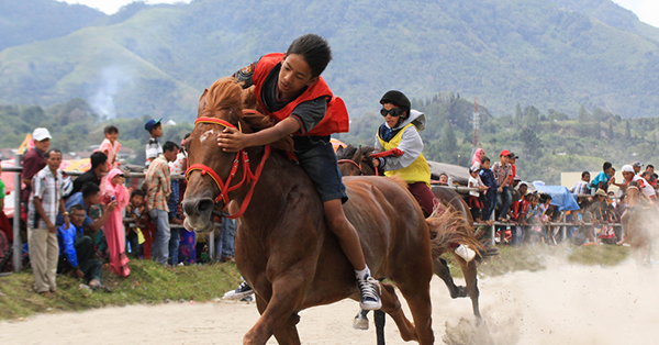 Cara Unik Memperingati Kemerdekaan di Berbagai Daerah - Pacu Kude