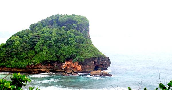 Pantai di Jawa Timur - Pantai Goa Cina