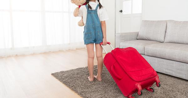 Tips Packing untuk Traveling Bersama Anak - Siapkan Koper Kecil