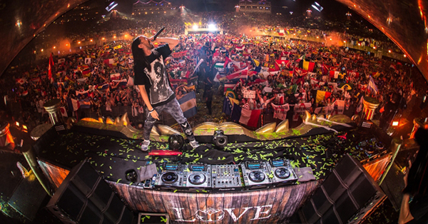 Tomorrowland_2019_steve aoki