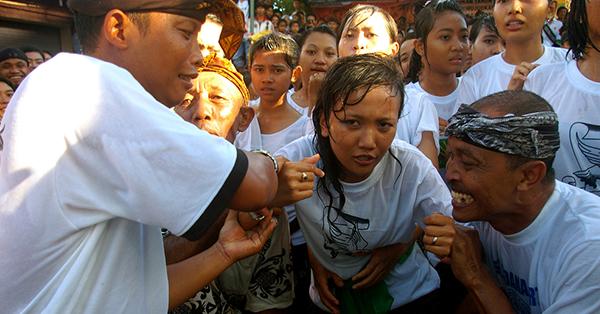 Upacara Adat di Bali - Omed-Omedan