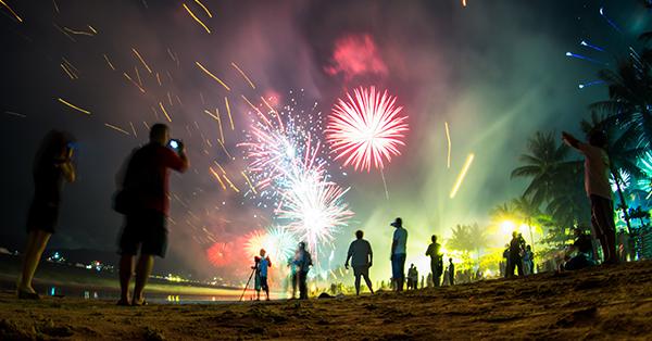 liburan tahun baru - menyalakan kembang api